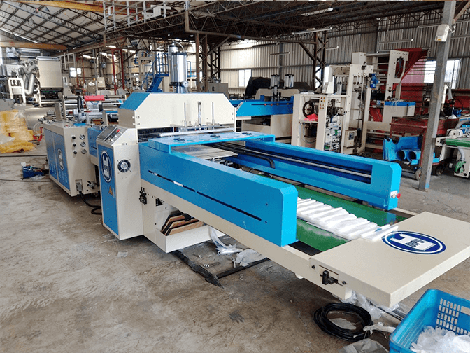 The plastic machinery industry is fully moving towards a fully automated production line.