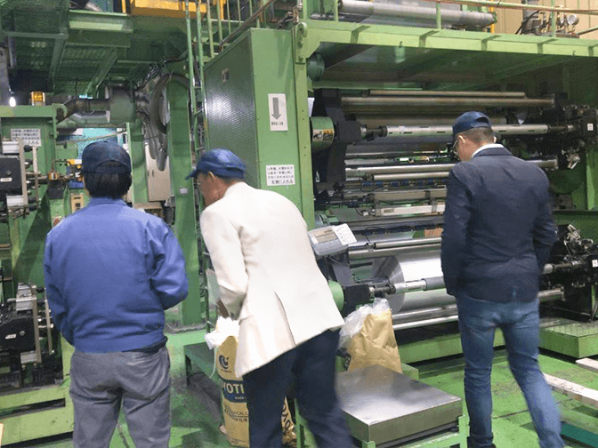 The business manager of Dipo Plastic Machinery Factory made a special trip to customers to understand their demand.